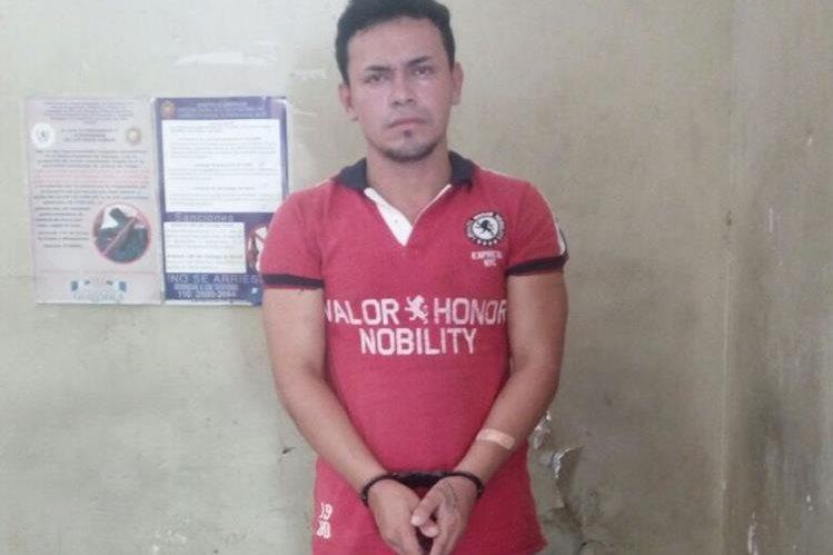 Alex Steven Méndez Marroquín, de 25 años, fue capturado por homicidio en Gualán, Zacapa. (Foto Prensa Libre: Mario Morales)