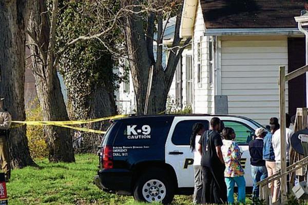 La Policía de Maryland inspecciona la vivienda donde ocurrió el hallazgo. (Foto Prensa Libre: E. Ochoa, NBC Washington).