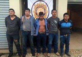 Los cinco capturados en Raxruhá, Alta Verapaz, son presuntos integrantes de la banda de secuestradores Chihuahua. (Foto Prensa Libre: PNC)