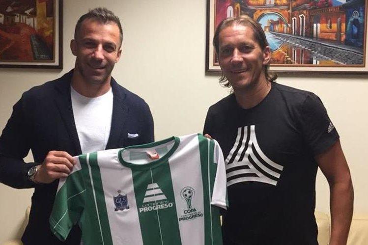 Los exjugadores Alessandro Del Piero y Míchel Salgado arribaron esta noche a Guatemala. (Foto Prensa Libre: Edwin Fajardo)