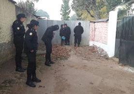 Investigadores participan en cateos en Chimaltenango. (Foto Prensa Libre: PNC).