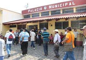 Trabajadores municipales despedidos, en Río Bravo, Suchitepéquez, recuperaran sus puestos. (Foto Prensa Libre: Cristian Icó)