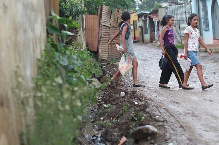 ALa colonia Sacoj Grande de Mixco, tiene los desagües sobre las calles. (Foto Prensa Libre: Érick Ávila)