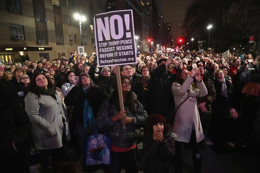 Miles de personas se congregaron frente al Trump International Hotel en Manhattan para protestar contra Donald Trump. (Foto Prensa Libre: AFP)