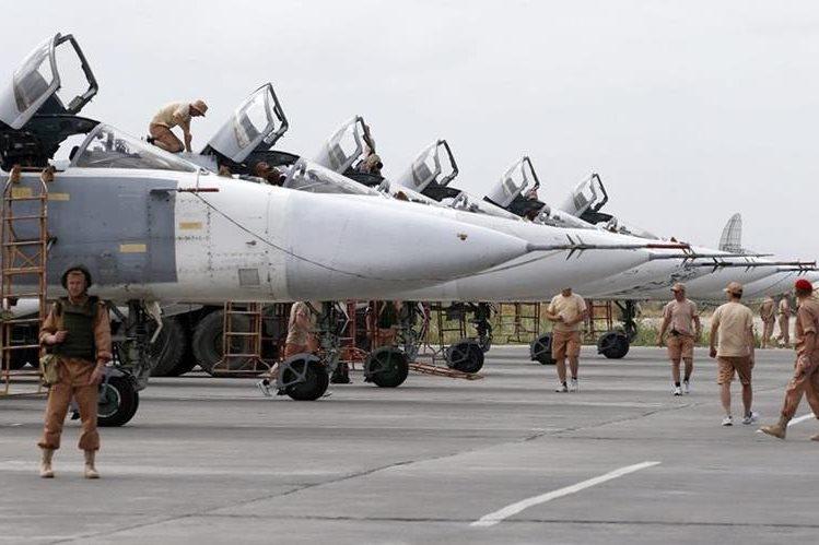 Bombarderos rusos en estación en la base aérea de Hmeimym, Siria. (Foto Prensa Libre: EFE)