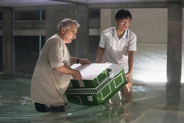 Expertos trabajan en el  laboratorio de Miama mientras colocan un modelo de una casa dentro del tanque de simulación de huracanes, (Foto Prensa Libre:AP)