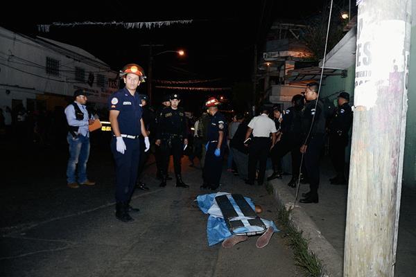 Una de las víctimas que fue atacada con arma de fuego en la colonia Belén, zona 7 de Mixco. (Foto Prensa Libre: Bomberos Municipales).