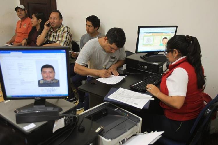 Cientos de guatemaltecos han manifestado su molestia por el retraso en la entrega de su DPI.(Foto Prensa Libre:Hemeroteca PL)