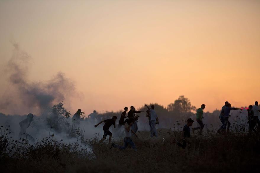 Palestinos lanzan piedras en los enfrentamientos contra las fuerzas de seguridad israelíes. (Foto Prensa Libre: AFP).