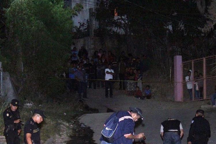 Investigadores policiales recaban evidencias en el barrio El Lazareto, cabecera de Jalapa, donde un hombre murió baleado. (Foto Prensa Libre: Hugo Oliva)