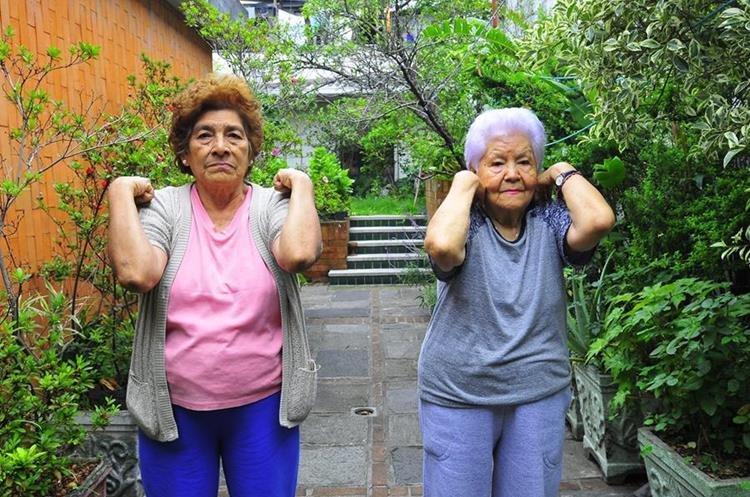 Ejercicio para tonificar y fortalecer los músculos del hombro (Foto Prensa Libre: Sandra Vi)