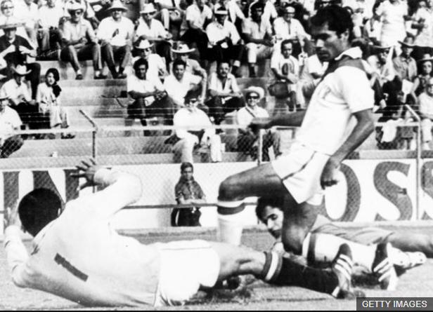 Orlando de la Torre fue expulsado contra Argentina, pero pudo estar en el mundial de México 70 (en la foto contra Marruecos). (Foto Prensa Libre: BBC Mundo)