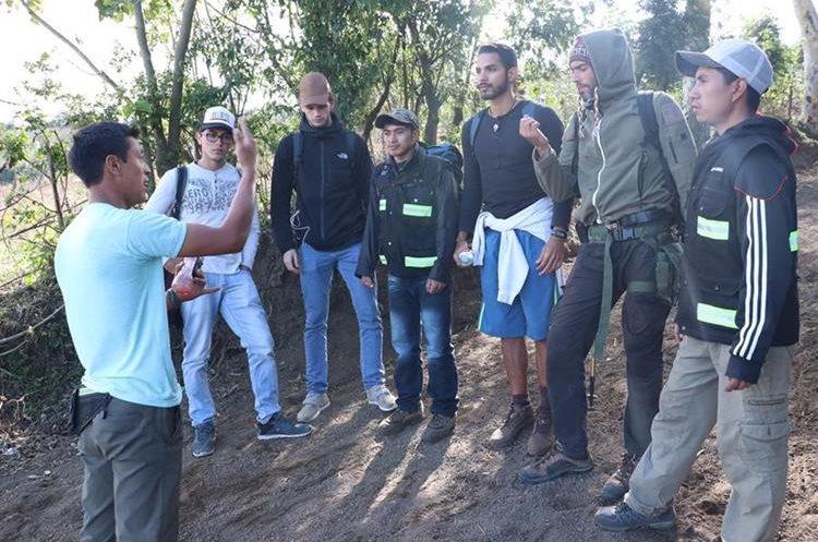 Un guía da  instrucciones a turistas extranjeros y a sus compañeros, antes de empezar el ascenso al Volcán de Acatenango. (Foto Prensa Libre: Víctor Chamalé)