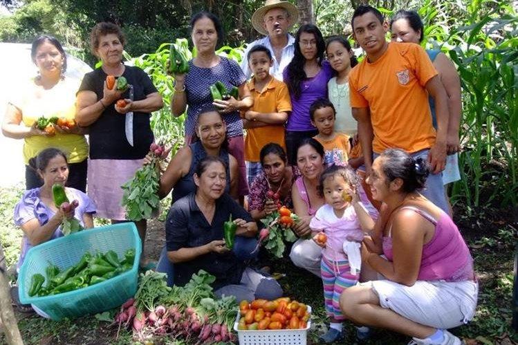 Mujeres de San Rafael Las Flores, Santa Rosa, muestran parte de las cosechas que obtienen de los huertos en sus hogares. (Foto Prensa Libre: Oswaldo Cardona).
