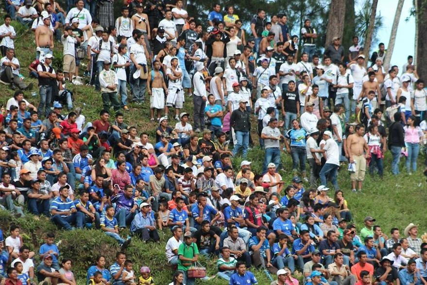 La afición de Cobán y Comunicaciones vivieron una fiesta en el estadio cobanero. (Foto Prensa Libre: Eduardo Sam Chun)