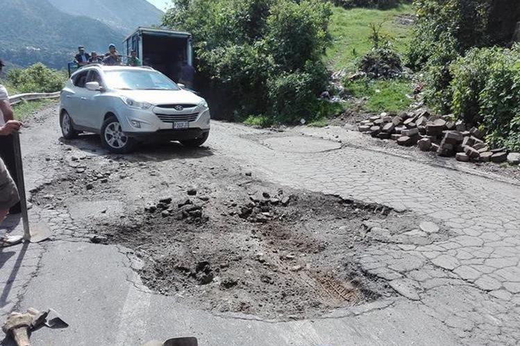 La mayoría de las carreteras se encuentran en mal estado y por el grave deterioro no necesitan reparación, sino reconstrucción. (Foto Prensa Libre: Hemeroteca PL)