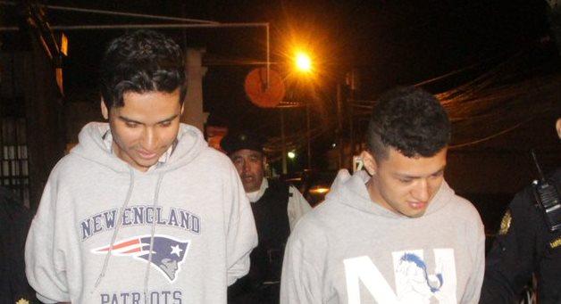 Los dos sospechosos detenidos por el doble crimen. (Foto: PNC)