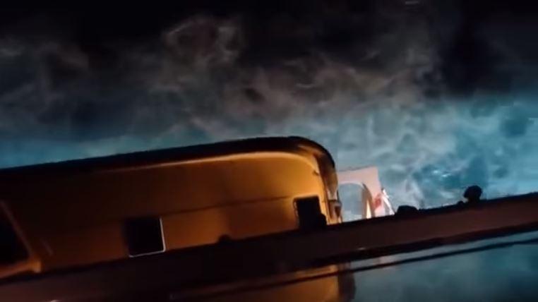 El Hombre saltó del crucero ante la incrédula mirada de otros pasajeros. (Youtube).