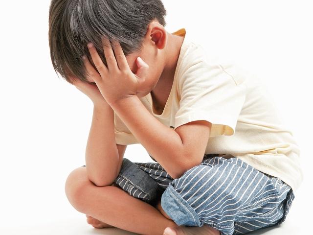 Los menores que sufren algún tipo de abuso se vuelven ansiosos y retraídos.