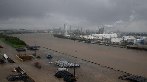 Una de cada cinco refinerías de Estados Unidos están cerradas debido al paso de Harvey por el Golfo de México. THOMAS B. SHEA