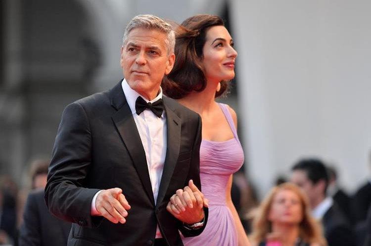 """George y Amal Clooney atienden el estreno de """"Suburbicon"""" en la 74 edición del Festival de Cine de Venecia. (Foto Prensa Libre: AFP)."""