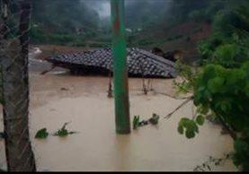 Una vivienda deshabitada colapsó debido a la lluvia que cayó por seis horas en comunidad de Nebaj, Quiché. (Foto Prensa Libre: Héctor Cordero)