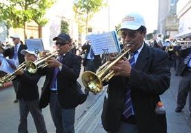 La banda del maestro Luis Pirir es una de las más conocidas y que interpreta piezas fúnebres en las procesiones desde el 2002. El maestro se formó en el Conservatorio Nacional de Música. Toca el trombón, tuba y eufonio. (Foto Prensa Libre, Óscar Rivas)