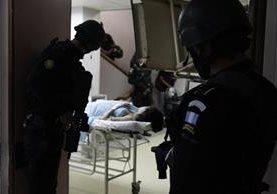Policías ingresaron al área de Maternidad del Hospital Roosevelt en búsqueda del pandillero, pero capturaron por error a otro hombre. (Foto Prensa Libre: Carlos Hernández).