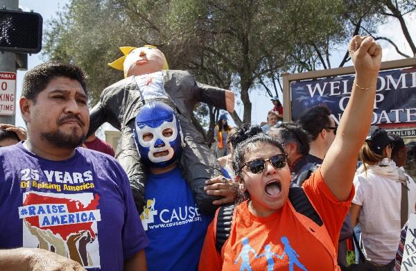 Manifestantes protestan contra Donald Trump y otros candidatos.