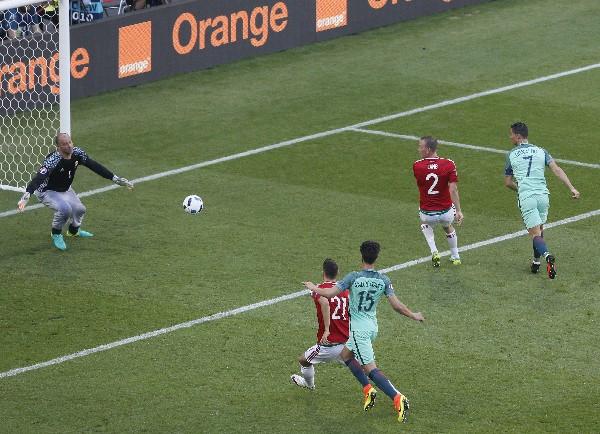 Cristiano Ronaldo anotó uno de los mejores goles de la primera fase de la Euro, contra Hungría. (Foto Prensa Libre: EFE)