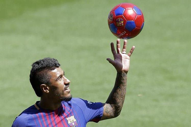 Paulinho es presentado en el Camp Nou, con el Barcelona. (Foto Prensa Libre: AP)