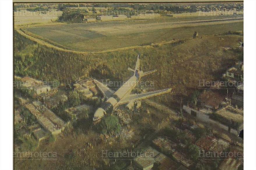 Viviendas en colonia  La Libertad, zona 13, quedaron  destruidas por el avionazo el 7/4/1993. (Foto: Hemeroteca PL)