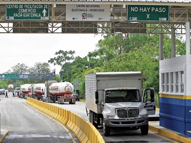 Vehículos de carga pesada son atendidos en la aduana El Corinto, Cortés, Honduras, con el nuevo modelo de unión aduanera, donde el proceso es electrónico.