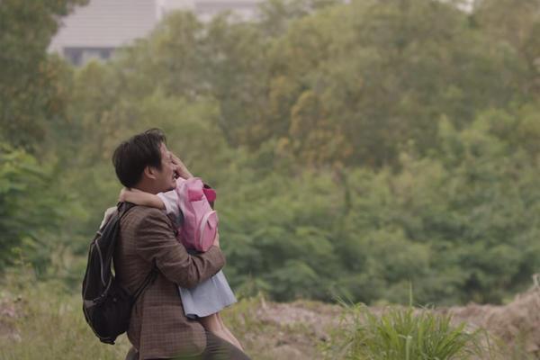 Las imágenes de una pequeña que le escribe una carta de reconocimiento a su padre. (Foto Prensa Libre: YouTube)