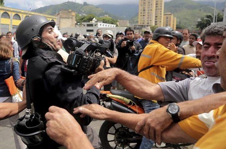 Una manifestación apoya la moción del fiscal general para detener la convocatoria a la Constituyente de Nicolas Maduro.(AP)