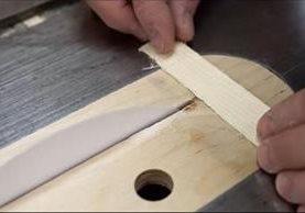 Un video sugiere cómo se puede cortar un trozo de madera utilizando una hoja de papel. (Foto Youtube)