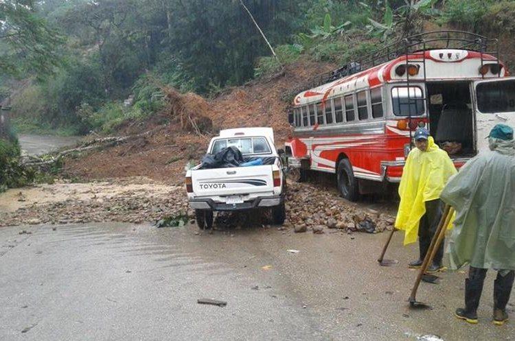 Por tercera vez en una semana no hay paso en el área conocida como El Tamarindito en Sayaché, ruta a Cobán y Quiché. (Foto Prensa Libre: Mike Castillo)