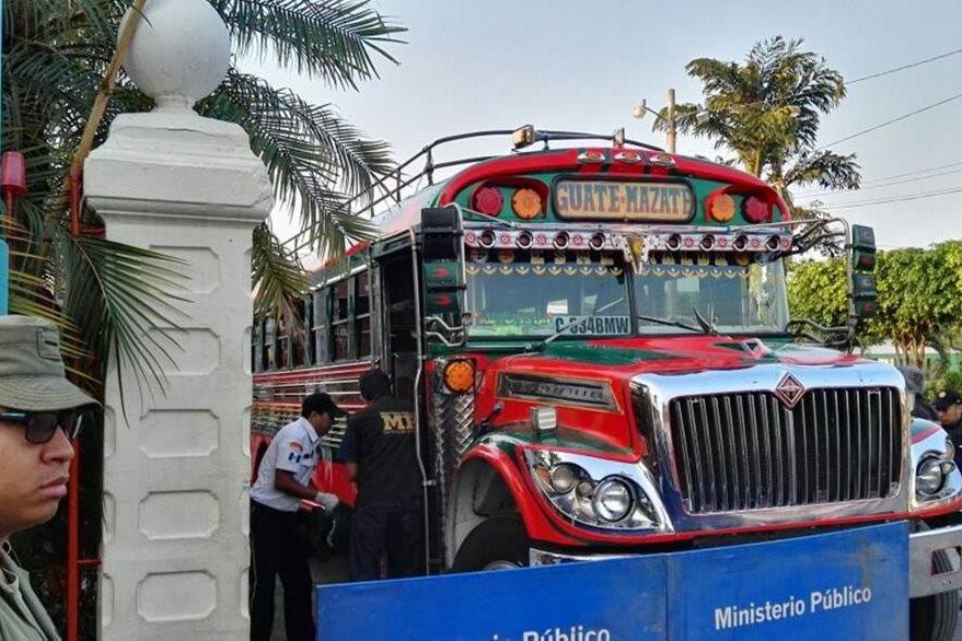 Investigadores de la PNC recaban evidencias en autobús tomado por asalto, en Siquinalá, Escuintla. (Foto Prensa Libre: Carlos E. Paredes)