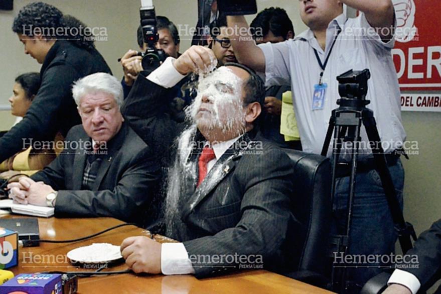Leonardo Camey se echa harina en el rostro delante de peritos del Inacif, por la agresión contra la ex vicepresidenta Roxana Baldetti. (Foto: José Castro)