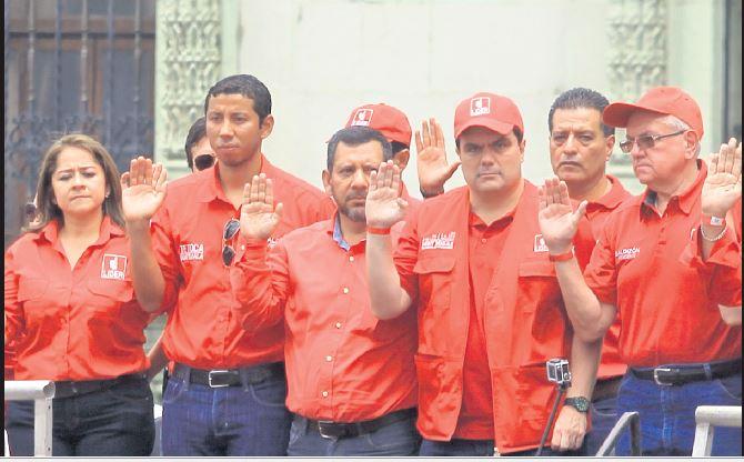 Juan José Paredes, en el acto de proclamación con el partido Líder —i—; además de Gerardo Paiz,—segundo por la derecha—, patrocinador de futsal nacional.