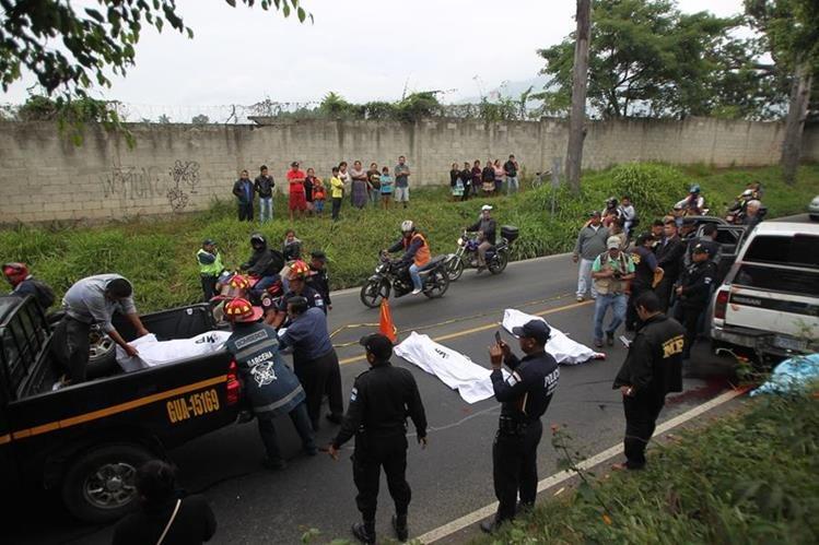 Los tres cuerpos con señales de violencia aparecieron en la vía pública, en un vehículo abandonado en la ruta que conduce a Bárcenas. (Foto Prensa Libre: Óscar Rivas)