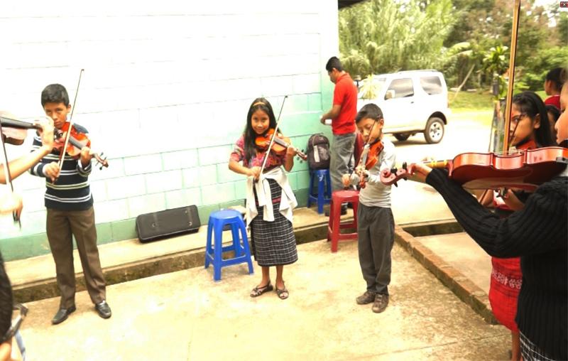 Un grupo de niños practica el violín. (Foto Prensa Libre: Josué León)