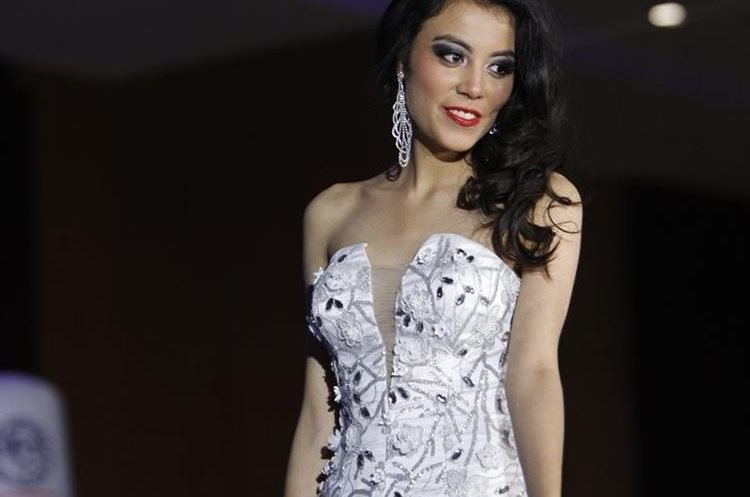 La confección y color fueron definidos por el diseñador en base a las preferencias de las concursantes. (Foto Prensa Libre: Paulo Raquec).
