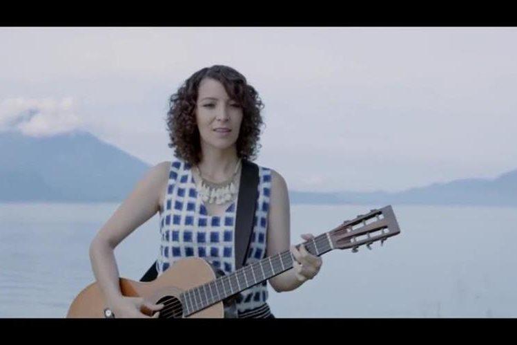 La cantante guatemalteca Gaby Moreno muestra su talento en un video que muestra el lado optimista del país. (Foto Prensa Libre: Youtube/Pepsi)