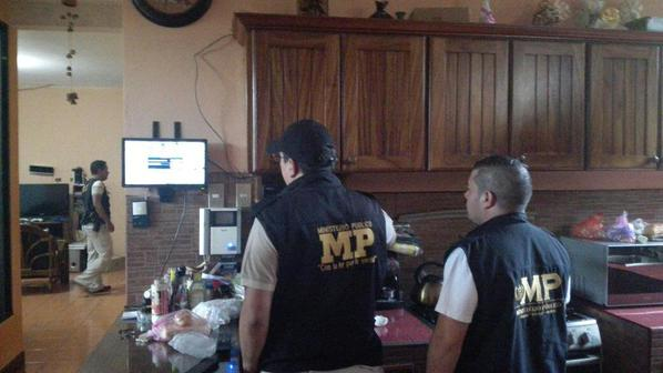 La fiscalía incautó hoy en varios allanamientos dispositivos de cómputo y celulares.(Foto cortesía MP)