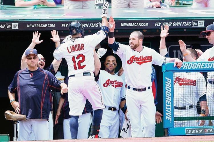 Indios de Cleveland ganaron su primer partido como locales contra los Tigres de Detroit por 8-2. (Foto Prensa Libre: AFP)