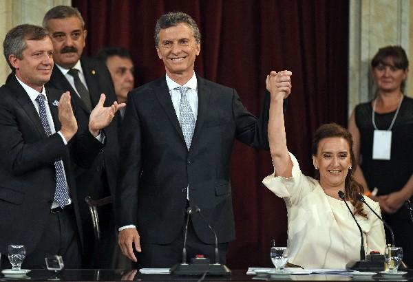 """Mauricio Macri, nuevo presidente de Argentina <span class=""""hps"""">y</span> <span class=""""hps"""">vice</span><span class=""""hps"""">presidente electo</span> <span class=""""hps"""">Marta</span> <span class=""""hps"""">Gabriela</span> <span class=""""hps"""">Michetti</span> <span class=""""hps"""">se dan la mano</span> <span class=""""hps"""">durante su ceremonia de</span> <span class=""""hps"""">investidura</span>"""
