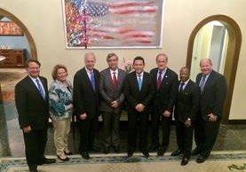 El presidente electo Jimmy Morales junto a la delegación estadounidense. (Foto Prensa Libre: Cortesía de la Embajada de Estados Unidos)