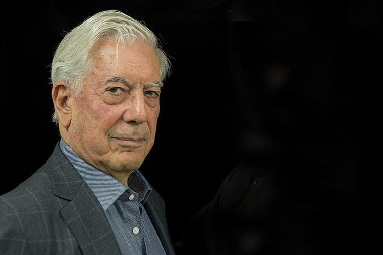 Vargas Llosa se dejó atrapar por el mannequin challenge. (Foto Prensa Libre: Hemeroteca PL)