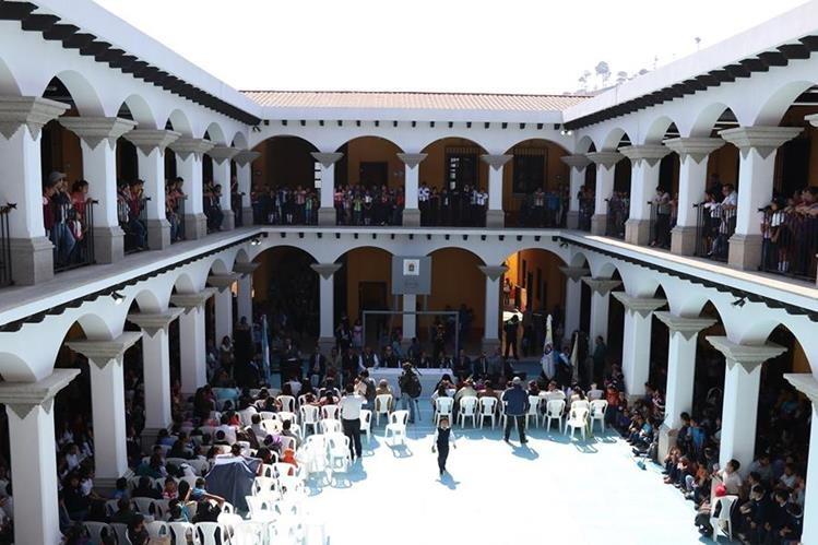 La comunidad educativa de San Lorenzo El Cubo estrenará edificio escolar. (Foto Prensa Libre: Julio Sicán)